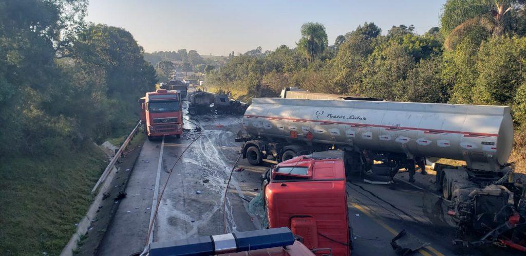 Uma pessoa morre em acidente com cinco caminhões na BR-476, em São Mateus do Sul-PR.